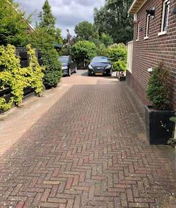 Walk along our driveway. On your left you will find our garage. Gehen Sie entlang unserer Einfahrt. Auf Ihrer linken Seite finden Sie unsere Garage.
