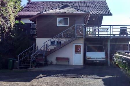Attention, le bungalow Air BNB est à l'étage.  (le parking est juste devant le deck en bas.)