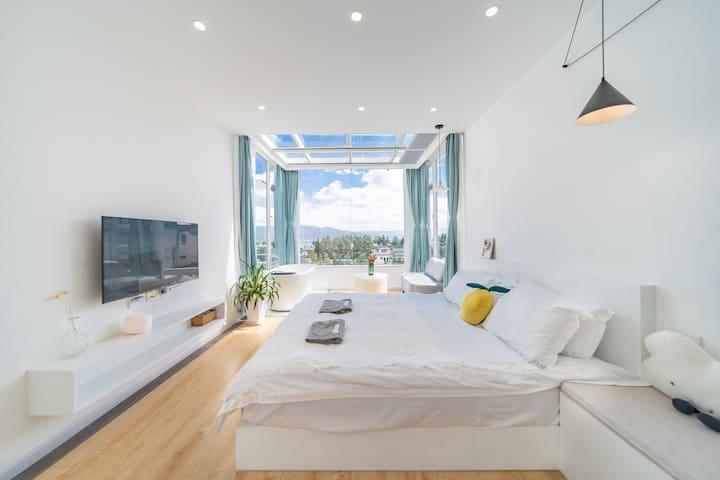 房间是在三楼,在房间就可以看到远处的洱海,房间有一个浴缸,晚上可以打开电动窗帘通过玻璃顶看看星空。私密性强。