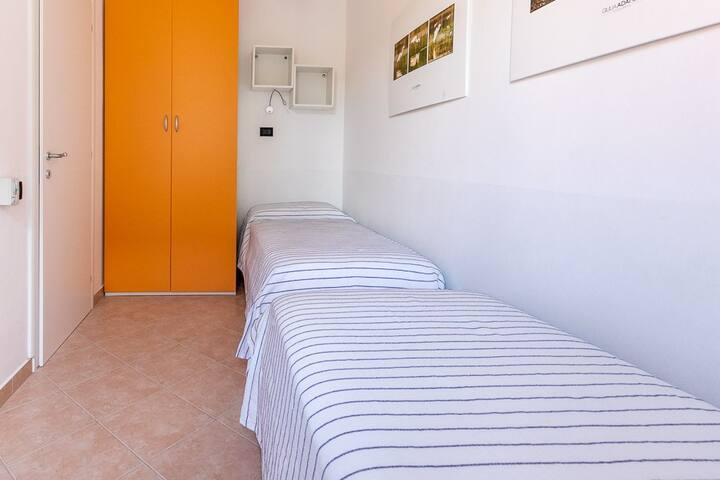 Stanza con tre letti singoli  -  Zimmer mit drei einzelnen Betten - Room with three single beds