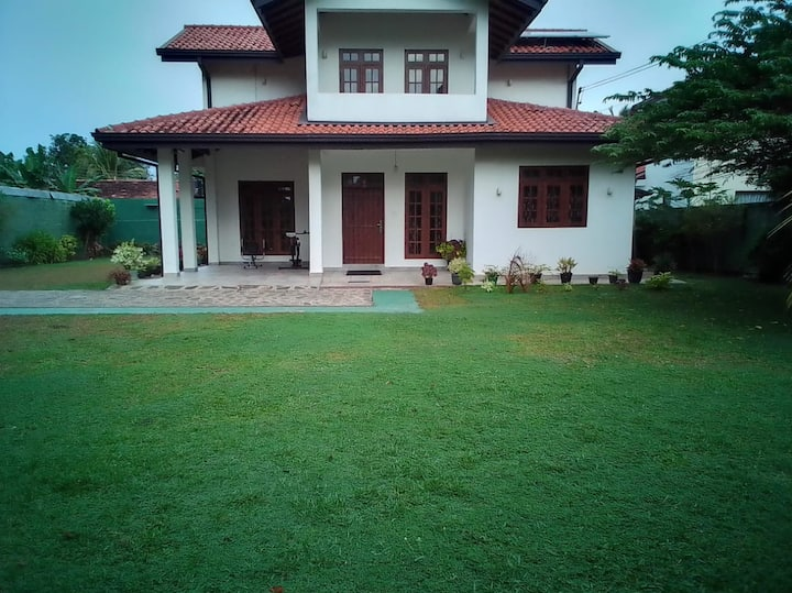 Negombo Villa near Beach/Airport - Sleeps 10