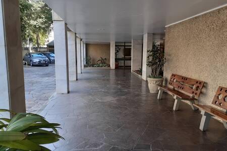 """Caminho lateral para entrada do holl no prédio do bloco """"B""""."""