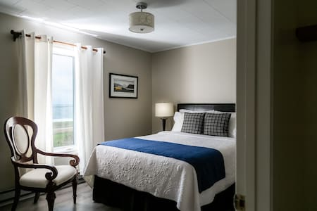Craig's Room; Superior quality Queen Bed with luxurious new bedding.  Ocean view and up to date Ensuite.  Gorgeous!