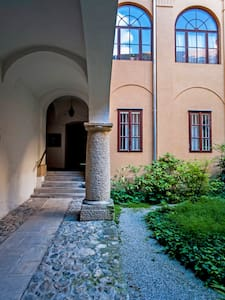 Four steps on the passage from the atrium to the apartment.