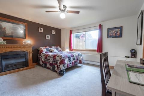 Ferndale Den-Private Room/Bath & Separate Entrance