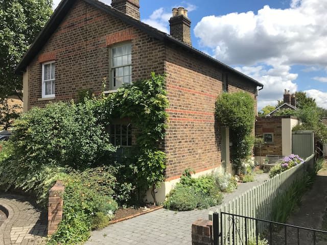 Otter Cottage -a blissful cottage escape in London