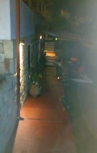 Η φωτισμένη διαδρομή προς την είσοδο του σπιτιού.
