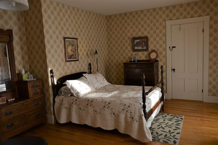 Baker House B&B - Goldenrod Room
