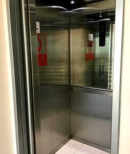 debes bajar al subsuelo con tu auto o silla y tomar el ascensor asi no usarias ninguna grada