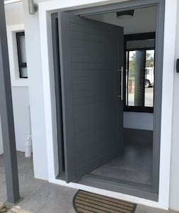 The frontdoor is 120cm wide, see the small step at the door. It is 17cm high in total