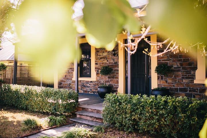 Alpha House - Beautiful Bluestone Villa