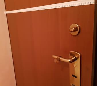 The main door is cm 95