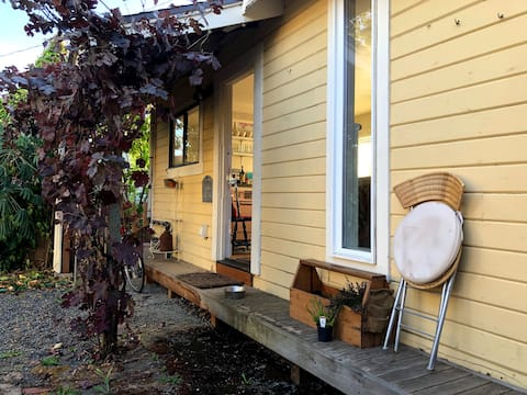 Guide Cottage: Bright, dog-friendly + fenced