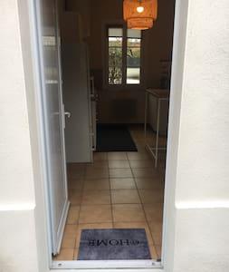 Porte entrée directement sur la cuisine. Aucune marche.,largeur 86 cm
