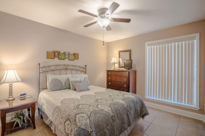 Guest bedroom/queen bed