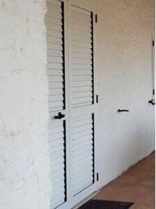 Questa è la porta d'ingresso con persiane esterne ed è larga circa 1 metro
