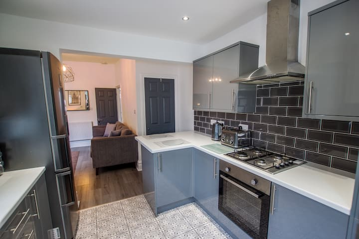 Modern Home, Free Parking, Central Location!