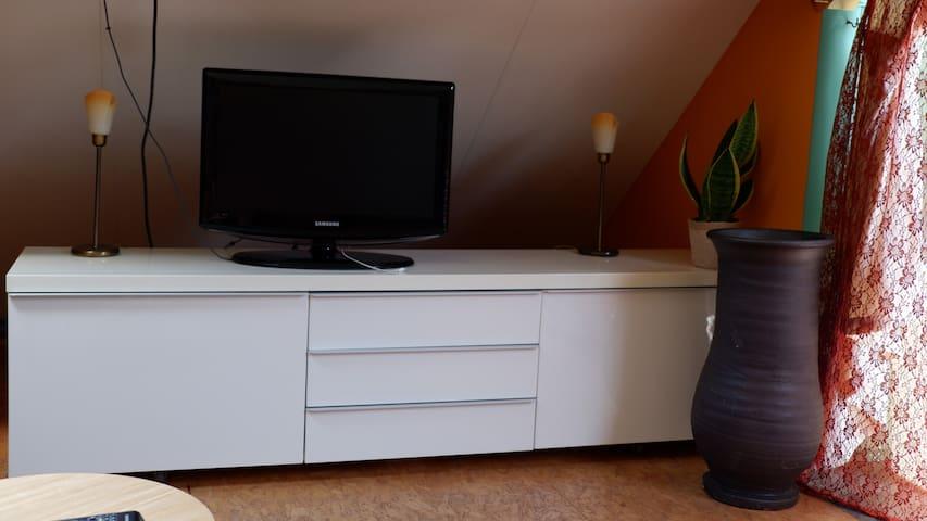 De TV, zowel boven als beneden in de slaapkamer, werkt via internet