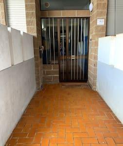 Questo è il corridoio esterno che porta all'ingresso dello stabile