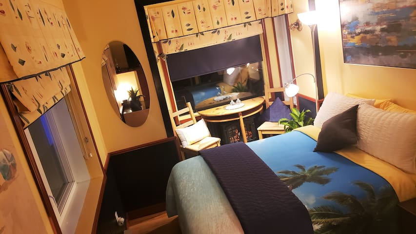 Kokomo Inn B&B-BAHAMAS suite-Double-Size Bed. Self-serve bountiful breakfast in Romantic Tropical Adults-only Riverfront B&B with walking view of Rideau Falls and 24 Sussex - CITQ #175420