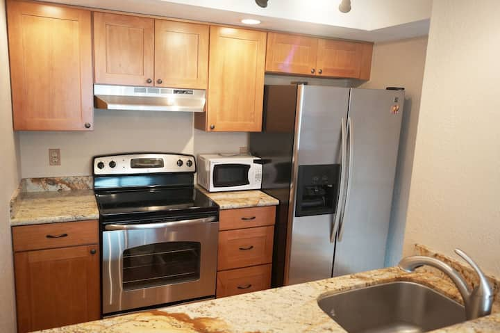 1 bed / 1 bath Apartment, Top Floor Condo