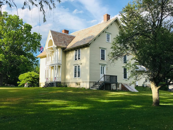 Private Historic Farmhouse- 5 mins to Jiminy Peak