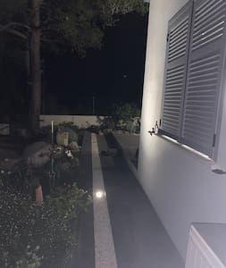 Spots lumineux tout autour de la terrasse