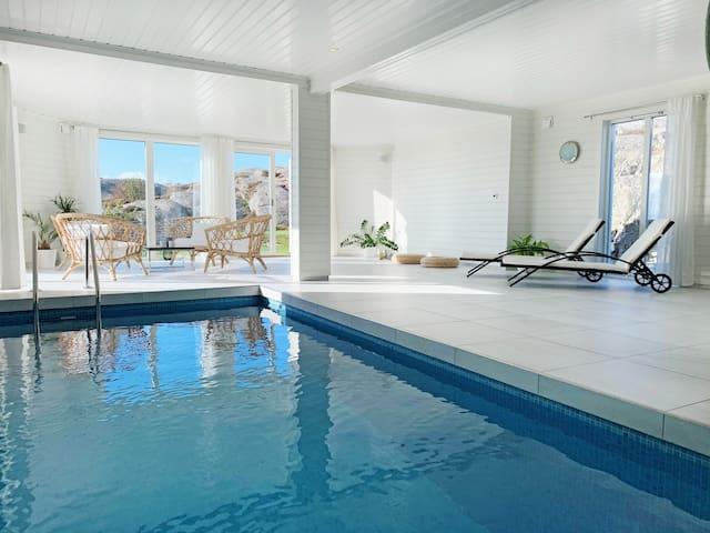 Fantastiskt hus med pool och magisk havsutsikt