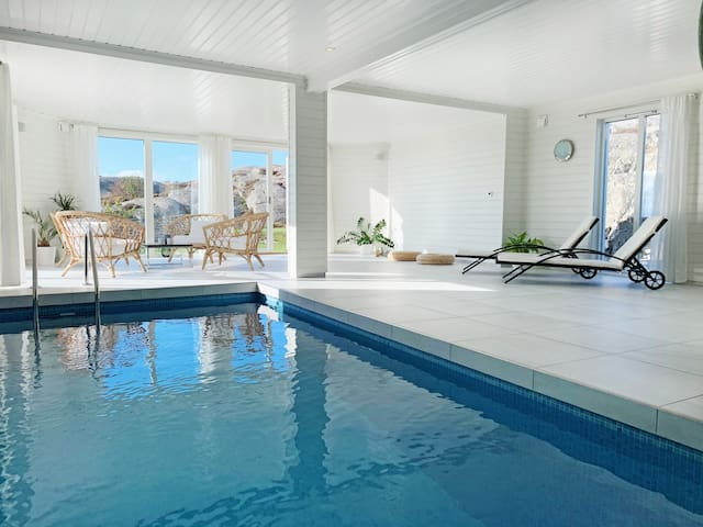 Luxurious house, pool, sauna and a magic sea view.