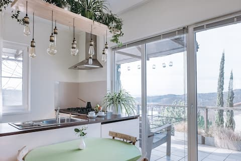 Een chique huis met uitzicht op zee en zolder voor cipressen