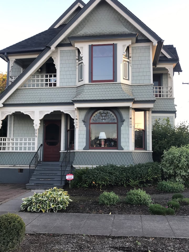 Historic Victorian - Upstairs unit (Dog Friendly)