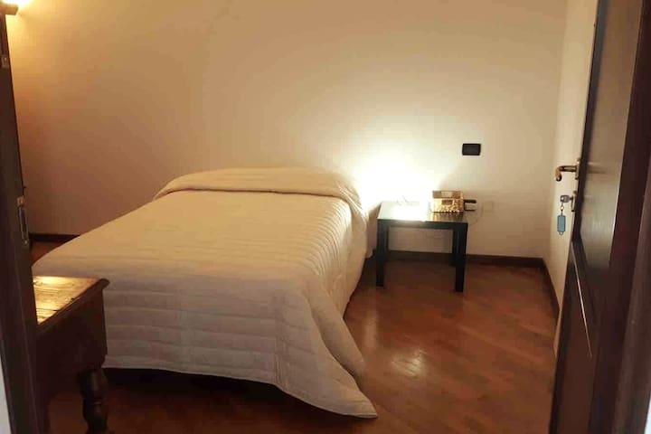 Camera da letto (letto 120x190 cm) Bedroom (bed 120x190 cm)