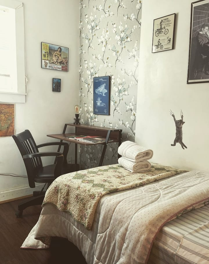Federal Hill/ West End Charmer :) (B Room)