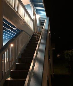 مسار جيد الإضاءة إلى المدخل