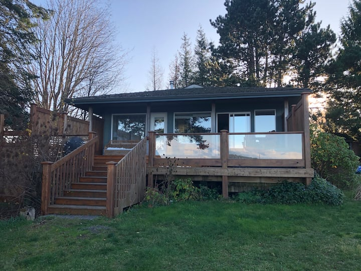 Oceanfront 2 bdrm cottage - hot tub, gas fireplace