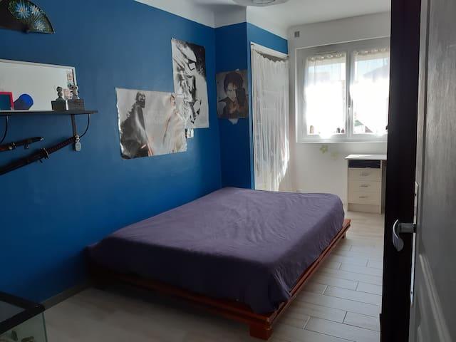 Chambre 2 (coté rue) lit double