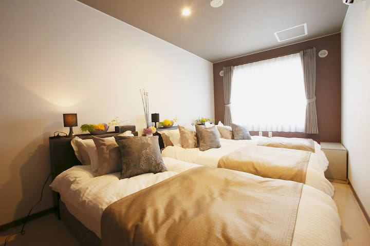 3rd bedroom there are 3 single beds/ 第3间卧室有3张单人床。