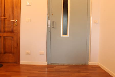 Apartment entrance by lift. easy access with wheelchair Ingresso appartamento con ascensore. FAcile accesso con carrozzina