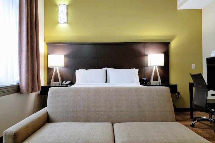 1st Floor Studio Suite - 1 Queen Bed & Kitchen