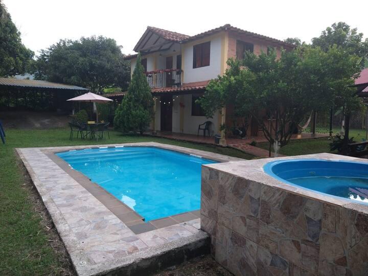 Casa campestre, con piscina y jacuzzi.