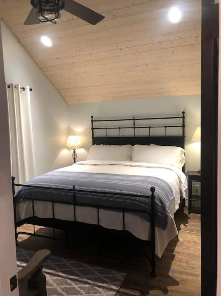 Newly built upstairs garage apartmt, Cali King bed