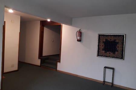 Iluminación de los pasillos comunes del edificio. Se accede directamente desde los ascensores. (Los escalones que se ven: NO CONDUCEN AL ACCESO DE MI APARTAMENTO, ESOS VAN A DAR A OTROS).