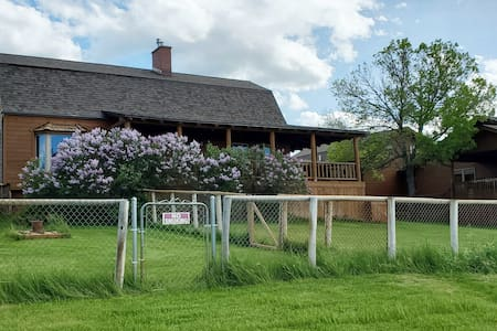 The Bear's Den Travel House - MT Country Lodge