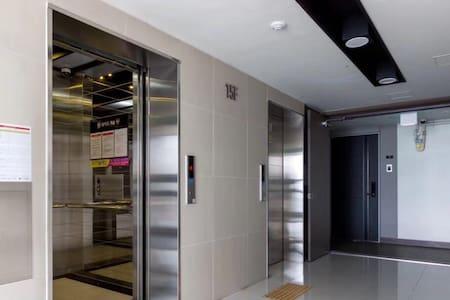 电梯出来,两侧走廊