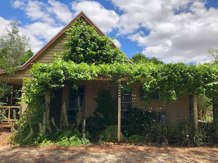 Quirky Milawa Cottage near Brown Brothers with Spa