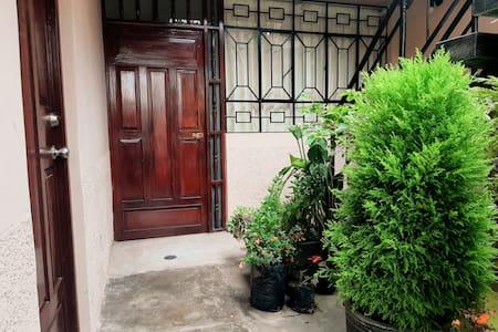 Este es el patio de ingreso, por donde se accede al departamento, el cual esta en primer piso y no tiene gradas.