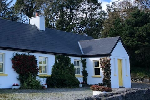 Bright and cosy cottage by the sea  in Rosmoney