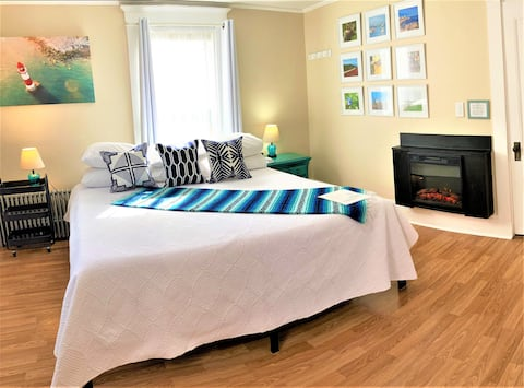 Historic King Bed/Fireplace-Lobster Theme