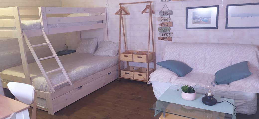 El alojamiento es un bungalow-loft que dispone de cocina-comedor, salón, baño y habitación, con un total de 6 plazas, aunque lo ideal es hasta cuatro personas.