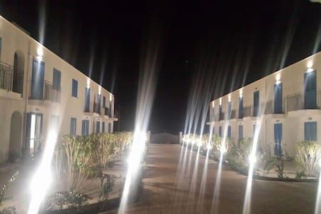 Il residence è dotato di luci notturne e ringhiere che agevolano l'accessibilità agli immobili